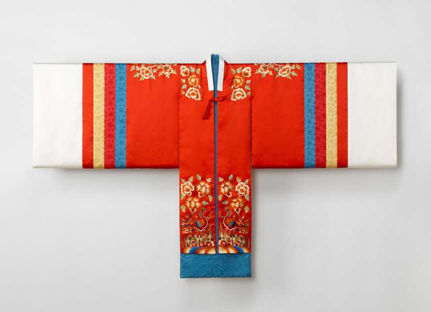 Bridal robe by Han, Sang-soo